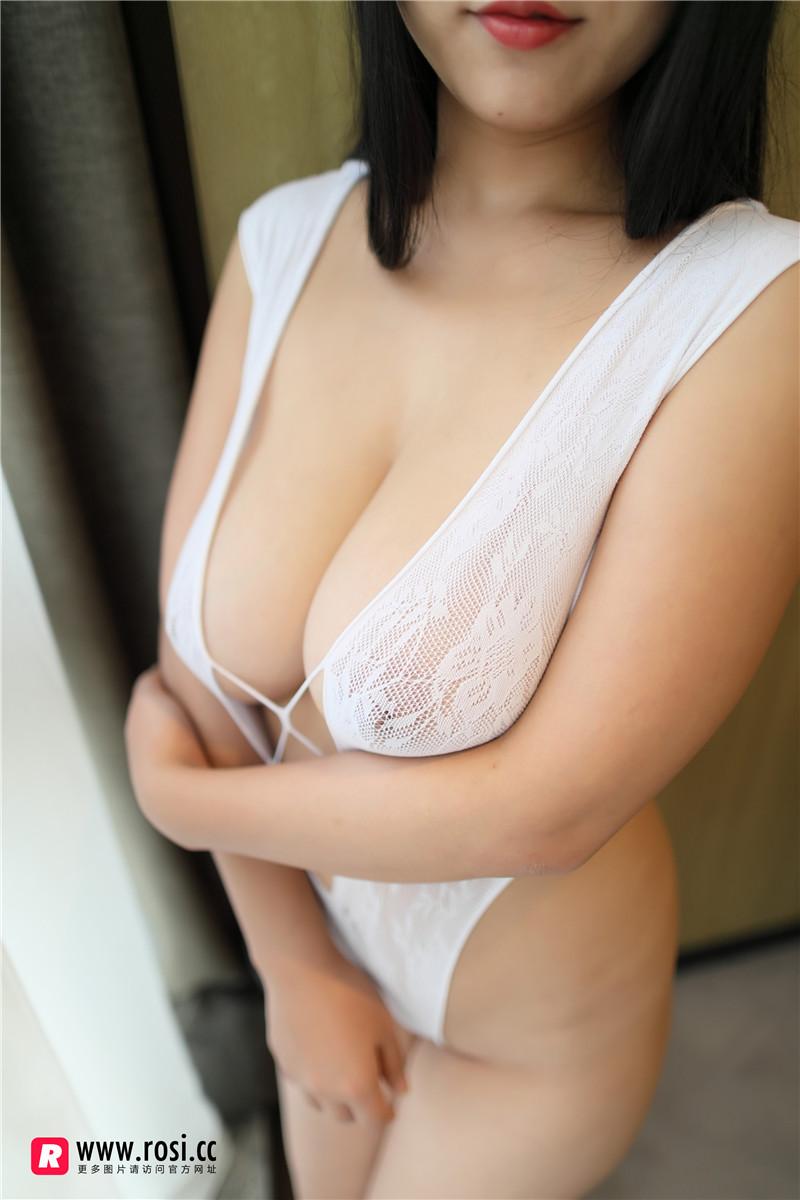 [ROSI 写真]白色开胸连体衣妹子居家大尺度缕空秀超级豪乳撩人诱惑写真 madoutu.com