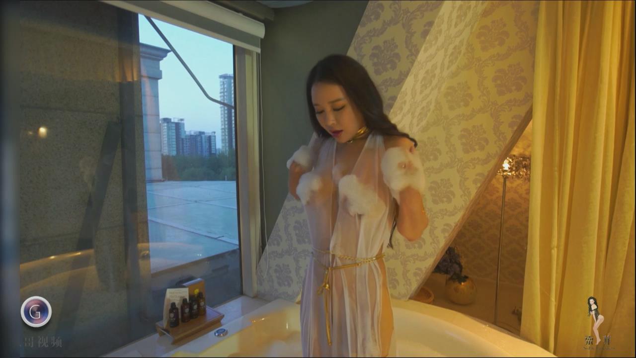 日本熟女奶牛女神_喷·血推荐果哥最新出品aiss女神索菲浴缸里的奶牛被咸猪手骚扰