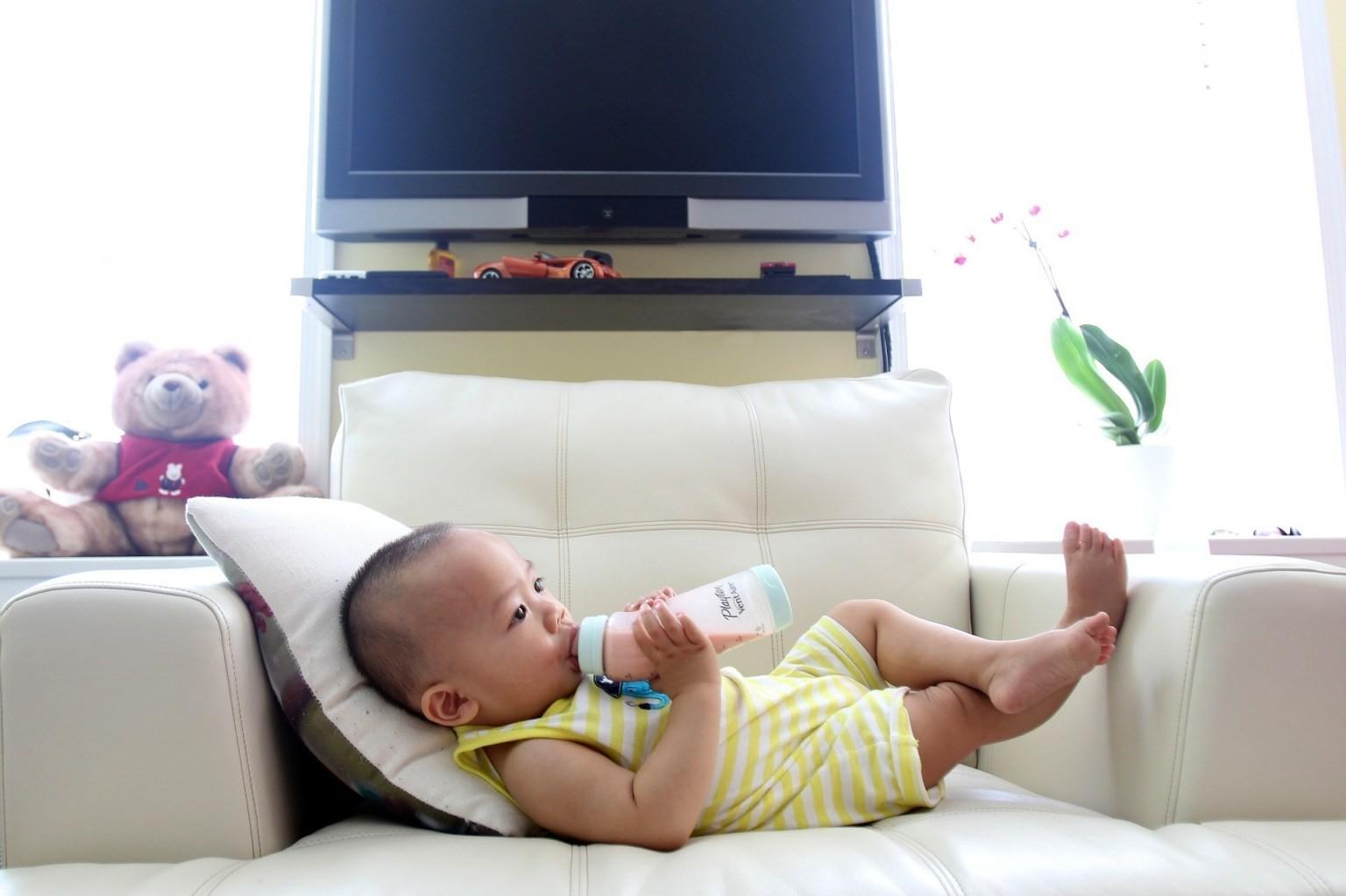 奶瓶喂养的婴儿每天要饮用多达1600万种微塑料